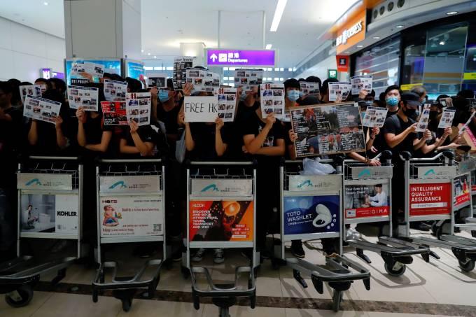 Aeroporto de Hong Kong suspende voos pelo segundo dia após protestos