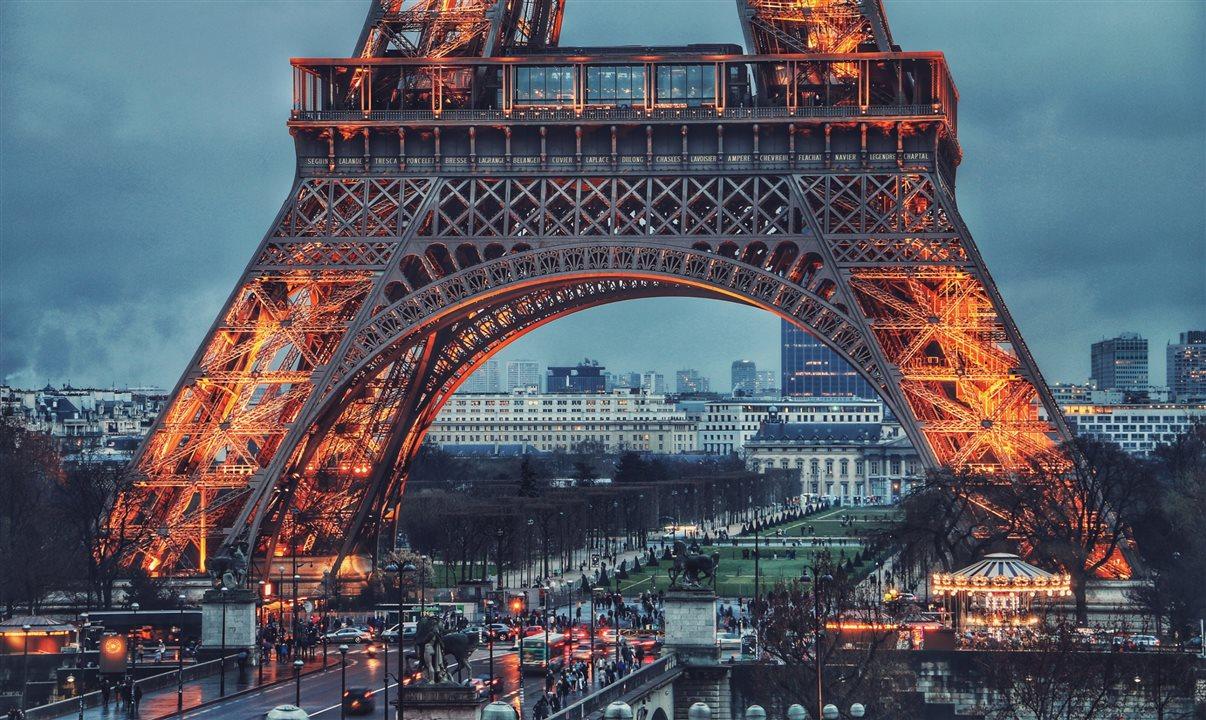 França anuncia cronograma para sair do confinamento